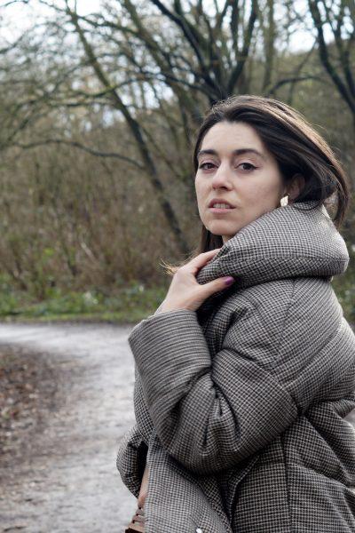 "Alltagslook mit Daunenjacke, Korbtasche und Celine Look-alike Ohrringe/ Mein ""Dark"" Netflix Moment"