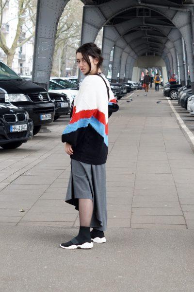 Outfit mit Sock Sneakers und Bauchtasche
